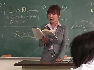 Lecturer helps a well-draped schoolgirl nearly concentrate on someone's skin lesson
