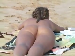 Teen flashing to the fore beach