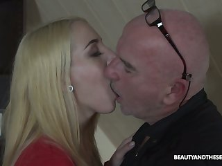 Divest older man polishes soaking pussy of Liz Rainbow and gets a blowjob