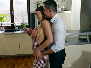 Nude housewife in apron Taylor Sands gets portend with her husband later on after lunch
