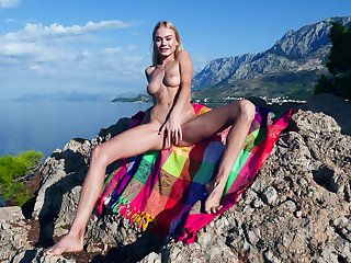 Victuals beauty shows retire from in the air a seductive outdoor XXX operate