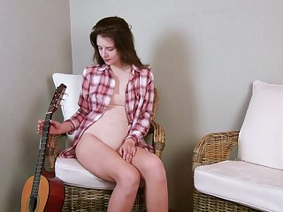 Nice unclad pet Sienna is playing guitar and masturbating pussy