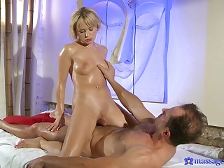 Massage leads to passionate shacking up with sexy girl Bella Baby